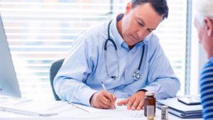 Medico che prescrive ad un paziente